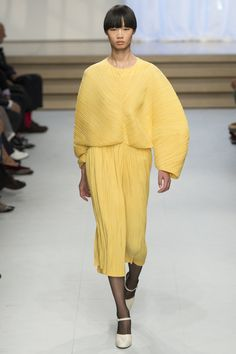 Jil Sander - Spring 2017 Ready-to-Wear Fashion - haute couture - style - art - couture - dress - mode / / sac / bag / purse - Fashion Week, Fashion 2017, Runway Fashion, Spring Fashion, High Fashion, Fashion Show, Fashion Looks, Fashion Design, Fashion Trends