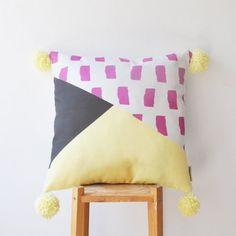 Coussin imprimé géométrique #BeMyGift #home #cushion #colors #gift #wishlist