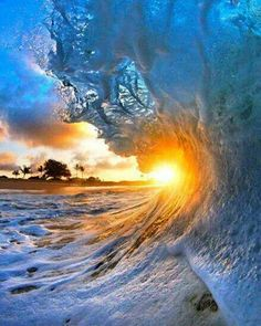 Mother Nature is clearly good with water colours. These amazing pictures taken on a beach in Hawaii capture the exact moment the wave breaks, revealing a stunning kaleidoscope of hues. The Pacif No Wave, Hawaii Waves, Ocean Waves, Hawaii Usa, Beautiful World, Beautiful Places, Beautiful Pictures, Beautiful Sunset, Simply Beautiful