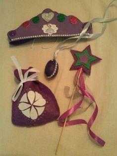 Corona, amuleto, varita y bolsa de chuches.
