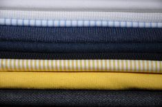 Beim Stoff kaufen bleibe ich meinen Farben treu und setze auf hohe Qualität. So kann ich sicher sein, dass ich meine selbst genähten Kleidungsstücke oft und immer wieder tragen kann. Capsule Wardrobe, Wallet, Fashion, Minimalist Wardrobe, Blue Yellow, Moda, Fashion Styles, Fashion Illustrations, Purses