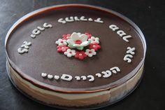 פונט במפי המקסים על עוגת שוקולד.