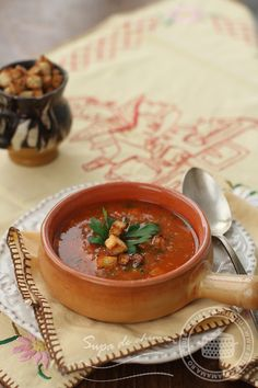 """Supa de chimen, numita si """"gulasul saracului"""", e inca una din amintirile placute ale copilariei mele. E o supa foarte simpla, cu ingrediente cum nu se poate mai ieftine si mai la indemana oricui, dar gustul ei bogat si aromat aminteste de gulasul unguresc. Mama Buna imi facea supa de chimen in perioada postului, dar […] Romania Food, Soup Recipes, Healthy Recipes, Healthy Food, Tasty, Yummy Food, Inca, Vegan Vegetarian, Curry"""