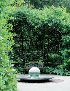 Бельведер из дуба черешчатого. Скамейка — ручная работа немецких мастеров, рядом — цветы хосты гибридной.