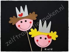 traktatie ♥ Prinsessen ♥ Crafts For Girls, Kids Crafts, Diy And Crafts, Arts And Crafts, Paper Doily Crafts, Doilies Crafts, Jewish Crafts, Paper Puppets, Marionette