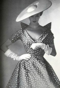 Jean Patchett 1952 by Divonsir Borges - Discover Vintage Clothing & Accessories from Vintage Fashion Specialists Collectif & Be Inspired By All Things Vintage! Moda Vintage, Vintage Vogue, Vintage Glamour, Vintage Beauty, Retro Vintage, Vintage Black, Vintage Style, Vintage Outfits, Vintage Dresses