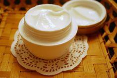 КРЕМ: 1 белок взбить в пену, 1 ст. сметаны 20-25%, сок небольшого лимона, 50 г водки 1 ст/л глицерина с бурой.  Все хорошо смешать. Выход 300 г.  Хранить в холодильнике. Накладывать щедрой рукой на лицо и тело после приёма душа или ванны. Держать 5-10 мин. Потом смыть тёплой водой без мыла. Использовать каждый день. Можно после скраба с кофе.