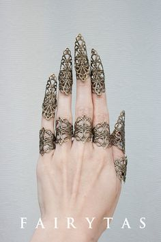 Rawrr! This is a complete set of claw finger tips + lower rings for 1 hand. What you see is what you get! The whole set is adjustable to your size!