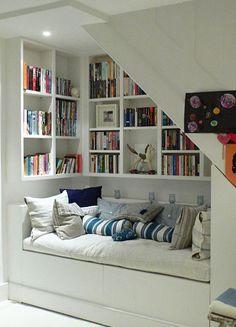 Ingebouwde boekenkast / is er in de speelkamer zo geen schuine hoek?