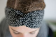 Stirnband mit Twist stricken – blauwarm
