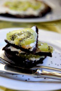 Chocolate pancakes with peanut butter and grains./Omlet czekoladowy z masłem orzechowym i ziarnami. http://magiawkuchni.blox.pl/2015/03/Czekoladowy-omlet-z-maslem-orzechowym-i-kiwi.html