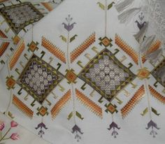 This Pin was discovered by Neş Drawn Thread, Embroidery Patterns Free, Bargello, Needlework, Bohemian Rug, Projects To Try, Cross Stitch, Textiles, Quilts