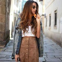 Look de street style com saia suede de botões e jaqueta jeans.