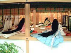 """京都市下京区にある風俗博物館のこと。  紫の上による法華経千部供養 その1 に引き続き、 2007年1月に撮影した風俗博物館の展示の様子です。      寝殿西側の塗籠(ぬりごめ)にいる紫の上。 唐衣・裳姿。    寝殿北廂にて、 今上帝と明石の中宮との子・匂宮。      """"..."""