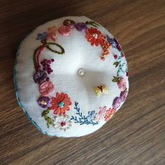 나의 첫작품이었던 핀쿠션,,ㅎ 지금은 비록 어설퍼보이지만 그땐 혼자만족했더랬다~ ㅎ #프랑스자수 #프랑스자수원데이 #율하프랑스자수 #대구프랑스자수클래스 #대구프랑스자수 Pins And Needles, Pincushions, Embroidery Stitches, Sewing Projects, Detail, Board, Floral, Instagram Posts, Design