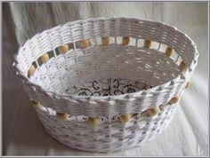 bílý košík s korálky