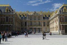Castillo de Versailles – Francia!  Este castillo real ubicado en Francia tiene 2.300 habitaciones, 67 escaleras, y 5.210 muebles.