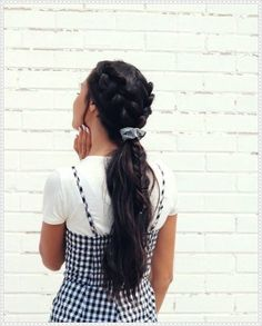 Hairstyle wish could do my hair everyday because look how beautiful hair looks with one of our scrunchies!wish could do my hair everyday because look how beautiful hair looks with one of our scrunchies! Frontal Hairstyles, Curled Hairstyles, Pretty Hairstyles, Brown Hairstyles, Scrunchy Hairstyles, Headband Hairstyles, Teen Hairstyles, Hairstyles 2018, Natural Hairstyles