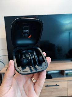 Mi Experiencia con los Powerbeats Pro, los Beats inalámbricos que superaron a los AirPods. - Kalot Iphone, Personalized Items, Bags, Bluetooth Hearing Aids, Listening To Music, Handbags, Bag, Totes, Hand Bags