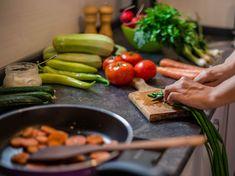 Die richtige Ernährung kann bei Hashimoto viel bewirken. Mit den richtigen Nahrungsmitteln Beschwerden lindern. Cellulite, Hashimoto, Sausage, Meat, Tips, Food, Food Items, Losing Weight, Health