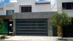 Puerta contemporánea de cochera con barrotes horizontales de hierro gruesos y delgados intercalados