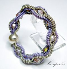 """Beautiful.... but this is Cristie Prince's design and pattern.  www.glassyjewels.com  Please be so kind to give the """"real"""" artist credit....not Mecaperles as shown in the picture: Pulsera herringbone tubular"""