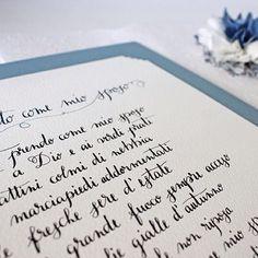 ©Irene Zuccarello | Un altro set commissionato con busta, fiore decorativo e poesia calligrafata per 'incorniciare' i primi 12 anni di matrimonio. Illustrazione di @longh isketch. #wedding #gift #calligraphy #illustration #handmade #italy #calligrafia #anniversario #matrimonio #regalo #illustrazione #fiore #blu #italia #fattoamano
