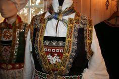 EUFEMIA: Kan eg få en slik bunad spør datteren min! Folk Costume, Costumes, Going Out Of Business, Bridal Crown, Norway, Textiles, Clothes, Scandinavian, Beautiful