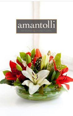 Centro de mesa para evento corporativo hecho con lilis blancas y rojas en base de cristal. www.amantolli.mx