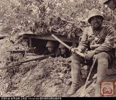 army officer it his broken katana after heavy fighting in the city of nan chang in 1939 - Pin it by GUSTAVO BUESO-JACQUIER World War One, Mans World, Military Photos, Military History, Imperial Army, World History, Armed Forces, Troops, Wwii