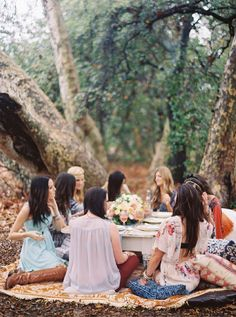 A Bridal picnic lunch- how lovely!