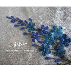 흰 리넨에 푸른색 모사로 수놓았어요. #소금빛자수 #모사자수실 #리넨자수실 #자수재료 #손끝에서피는꽃과자수 #입체자수꽃나무열매 #서양자수…