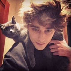 A thread of Maxence and animals! Skam Tumblr, Avatar, Maxence Danet Fauvel, Oliver And Company, Go To New York, French Models, Cat People, France, Character Aesthetic