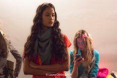 Fashion designer Sara Diaz Marcos Pañuelo en denim con bolitas y flecos para Dominicana Moda 2014