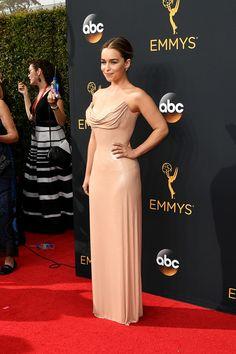 En 2016 Emilia Clarke recibía su tercera nominación a lospremios Emmycomo Mejor Actriz de Reparto y aunque no ganó el galardón, de nuevo fue el centro de atención de la alfombra roja gracias a un sensual estilismo deAtelier Versacedepailettesen tononude.