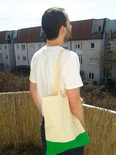 Kein Bock auf Sprüche auf deiner Tasche? Dann ist diese Jutetasche genau das richtige. Durch den handbemalten & permanten grünen Teil (auf Vorder- und Rückseite) ist dieser Jutetasche ein echter Hingucker!