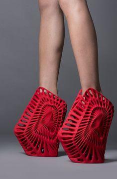 """""""En la intersección entre la geometría de la naturaleza, el cuerpo humano y el cosmos encuentra su principio el diseño de este zapato"""", explica el arquitecto Fernando Romero. La geometría de este diseño lo convierte en una de las piezas más vanguardistas.."""