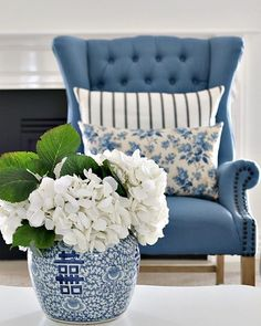 home decor styles The Yellow Brick Home - Pin Away Wednesdays: Beautiful Blue Decor and Treasures The Yellow Brick Home Blue Home Decor, White Decor, Diy Home Decor, Home Decor Vases, Living Room Update, Home Living Room, Blue And White Living Room, Blue Living Room Decor, Sitting Room Decor