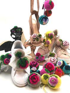 Pom Pom Crafts, Yarn Crafts, Pom Pom Animals, Pom Pon, Wool Dolls, How To Make A Pom Pom, Contemporary Embroidery, Pom Pom Garland, Paper Flowers Diy