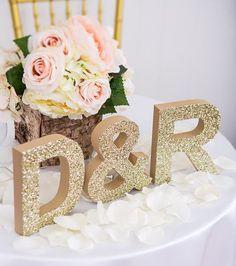 Iniciales de los Novios para Decorar la Boda. Colocar las iniciales de los novios como parte de la decoración de la boda es una de las tende.