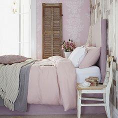 Lindo quarto romântico cadeira como mesinha de cabeceira