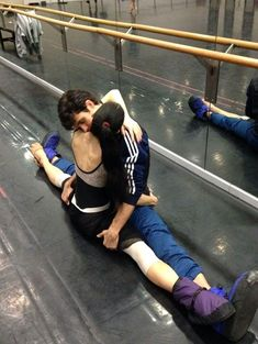We think this hug between étoile dancers Roberto Bolle and Beatrice Carbone looks so cool, we decided our Italian Word of the Week would be ABBRACCIO Ballet Couple, Margot Fonteyn, Just Dance, How To Dance, Dance Movement, Dance Quotes, Ballet Photography, Ballet Beautiful, Modern Dance