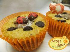 Artes da Sadhia na cozinha : Cupcake de banana com farinha de coco decorado com chocolates com transfers Stalden Decor