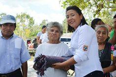 Noticia: Realiza Paoli Perera gira por la zona rural de FCP, beneficiando con cobertores a los adultos mayores.