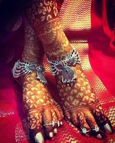 If you are shopping jewelry for your wedding then check latest Payal designs ideas 2019 for bride & her bridesmaids. Get some beautiful anklet designs 2019 that will make your feet look gorgeous. Payal Designs Silver, Silver Anklets Designs, Silver Payal, Anklet Designs, Necklace Designs, Bridal Bangles, Bridal Jewelry, Silver Jewelry, Silver Ring