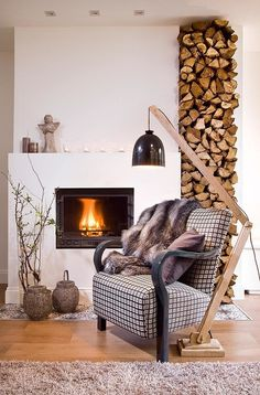 Stack in Style With a Creative Woodpile Firewood storage goes beyond the utilitarian with attractive and artistic log arrangements inside and outside the home.Contemporary Living Room by Designdock Lakberendezés Indoor Log Storage, Indoor Firewood Rack, Firewood Holder, Home Fireplace, Fireplace Design, Range Buche, Living Room Storage, Wall Storage, Up House