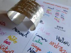Nos encanta esta obra artística de los alumnos de la clase ! Cada uno su nombre en un color !!! Para grabarlo en este brazalete personalizado ! Gran regalo para la profesora ! #munota #joyas-personalizadas #profesora #maestra #senorita #alumnos #regalo-fin-de-curso #regalo-original-profesora #clase