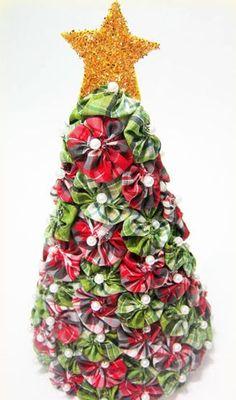 Esta árvore de Natal de fuxico é muito fácil de ser feita e resulta em uma linda peça de decoração para a época do final de ano (Foto: Divulgação)