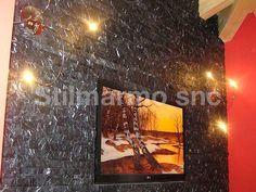 Camera da letto rivestita in spaccatello di marmo Nero Marquina. Il forte contrasto con le pareti rosse rende questo spazio vivo e personale - Made in Italy