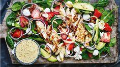 Skru op for den gode sommerstemning med en herlig frisk og farverig salat. Her får du opskriften på kyllingesalat med avocado og jordbær